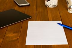 Lieu de travail avec un papier blanc et une correction Photos stock
