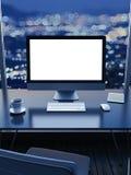 Lieu de travail avec une vue de ville de fenêtre la nuit Photo stock