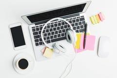 Lieu de travail blanc avec des dispositifs et des approvisionnements Image libre de droits