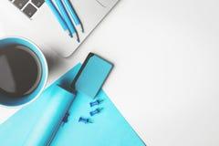 Lieu de travail blanc avec les approvisionnements et le dispositif Photo stock