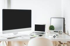 Lieu de travail blanc de concepteur avec l'ordinateur et l'ordinateur portable Photo stock