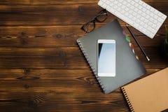 Lieu de travail de bureau avec l'espace des textes, table en bois avec des fournitures de bureau smartphone, ordinateur et livre, images stock