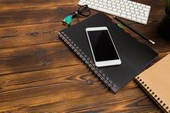 Lieu de travail de bureau avec l'espace des textes, table en bois avec des fournitures de bureau smartphone, ordinateur et livre, images libres de droits