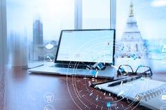 Lieu de travail de bureau avec l'ordinateur portable et le téléphone intelligent sur la table en bois et le l Photo stock