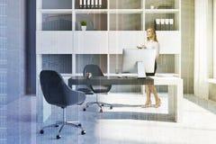 Lieu de travail de bureau avec la femme d'affaires d'ordinateur Image stock