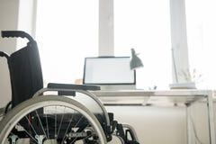 Homme handicapé dans le fauteuil roulant au travail image stock