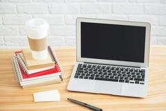 Lieu de travail de concepteur avec l'écran vide d'ordinateur portable Image stock