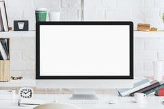 Lieu de travail de concepteur avec l'ordinateur blanc vide Image stock