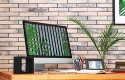 Lieu de travail confortable avec l'ordinateur Photographie stock libre de droits