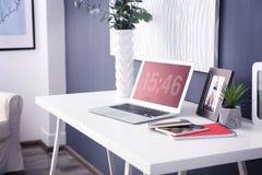 Lieu de travail confortable avec l'ordinateur portable Image libre de droits