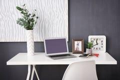 Lieu de travail confortable avec l'ordinateur portable Photo stock