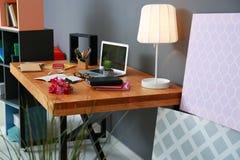 Lieu de travail confortable avec l'ordinateur portable Images stock