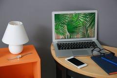 Lieu de travail confortable avec l'ordinateur portable Photographie stock