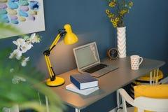 Lieu de travail confortable avec l'ordinateur portable Photos libres de droits