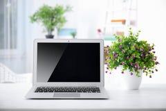 Lieu de travail confortable avec l'ordinateur portable moderne Photos libres de droits