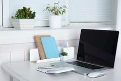 Lieu de travail confortable avec l'ordinateur portable moderne Photos stock