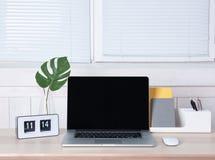 Lieu de travail confortable avec l'ordinateur portable moderne Photographie stock libre de droits