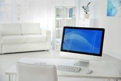 Lieu de travail confortable avec l'ordinateur sur le bureau Photos libres de droits