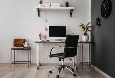 Lieu de travail confortable avec l'ordinateur sur le bureau dans le bureau Photos libres de droits