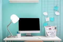 Lieu de travail confortable avec l'ordinateur sur le bureau dans le siège social Photo libre de droits