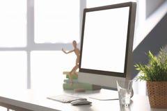 Lieu de travail confortable avec le moniteur moderne Photo stock