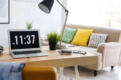 Lieu de travail confortable dans le bureau Photo libre de droits