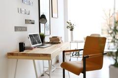 Lieu de travail confortable dans le bureau Image libre de droits