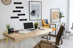 Lieu de travail confortable dans le bureau Image stock