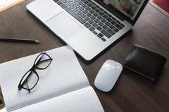 Lieu de travail confortable Plan rapproché de lieu de travail confortable dans le bureau avec la table en bois et l'ordinateur po Photographie stock