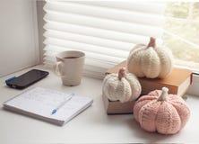 Lieu de travail confortable près de filon-couche de fenêtre à la maison photographie stock