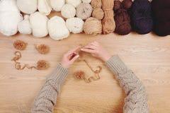 Lieu de travail de couturière Tricotage femelle de mains de fille de femme Photo libre de droits