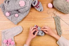 Lieu de travail de couturière Tricotage femelle de mains de fille de femme Photo stock