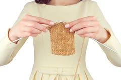 Lieu de travail de couturière Tricotage femelle de mains de fille de femme Images libres de droits