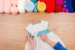 Lieu de travail de couturière Tricotage femelle de mains de fille de femme Photographie stock