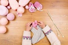 Lieu de travail de couturière Tricotage femelle de mains de fille de femme Photos stock