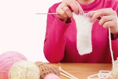 Lieu de travail de couturière Tricotage femelle de mains de fille de femme Images stock
