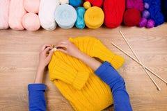 Lieu de travail de couturière Tricotage femelle de mains de fille de femme Image stock