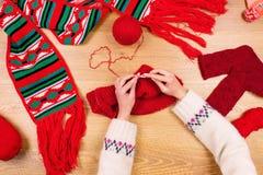 Lieu de travail de couturière Tricotage femelle de mains de fille de femme Photos libres de droits