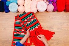 Lieu de travail de couturière Tricotage femelle de mains de fille de femme Photographie stock libre de droits
