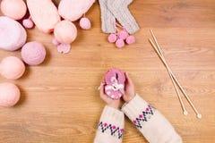 Lieu de travail de couturière Tricotage femelle de mains de fille de femme Image libre de droits