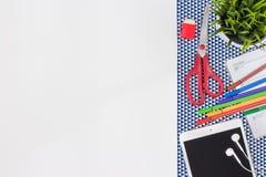 Lieu de travail de couturier Table blanche moderne de bureau avec Photos libres de droits