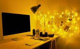 Lieu de travail créatif avec l'écran et les accessoires d'ordinateur vides Photos libres de droits