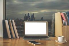 Lieu de travail créatif avec l'ordinateur portable blanc vide Photo libre de droits