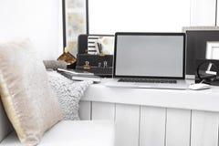 Lieu de travail créatif avec l'ordinateur portable sur le rebord de fenêtre Photographie stock