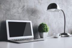 Lieu de travail créatif avec l'ordinateur portable vide Photo stock