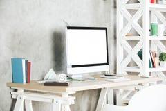 Lieu de travail créatif avec le côté blanc de PC Photos libres de droits