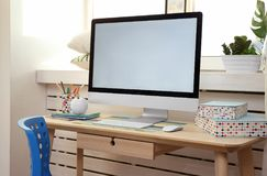 Lieu de travail créatif avec le moniteur près du rebord de fenêtre Images stock