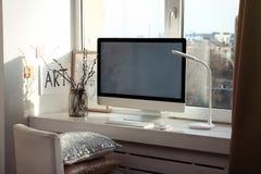 Lieu de travail créatif avec le moniteur sur le rebord de fenêtre Images libres de droits
