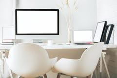 Lieu de travail créatif avec les dispositifs blancs Image libre de droits