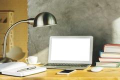 Lieu de travail créatif de concepteur avec l'ordinateur portable blanc Photographie stock libre de droits